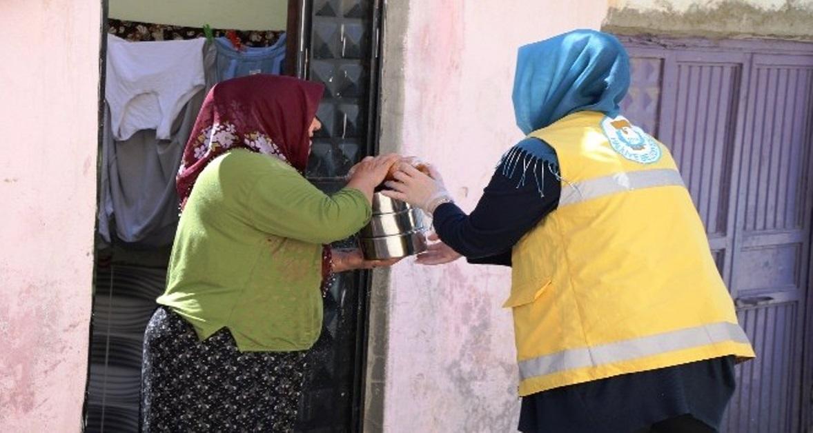 Haliliye Belediyesi, ihtiyaç sahibi ailelerin iftar sofralarından sıcak yemeği eksik etmiyor.