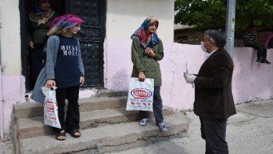 Photo of Urfa'nın Koca Yürekli Öğretmeni Kapı Kapı Dolaşıp Kitap Dağıttı