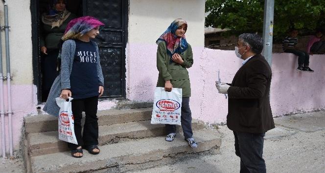 Urfa'nın Koca Yürekli Öğretmeni Kapı Kapı Dolaşıp Kitap Dağıttı