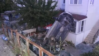Photo of Kamyonetin Çarptığı Otomobil Evin Bahçesine Uçtu: 2 Ölü, 3 Yaralı