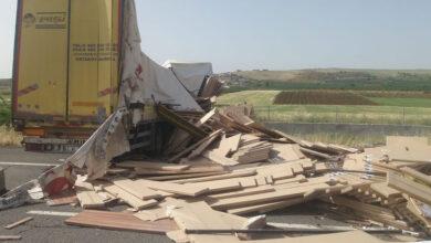 Photo of Şanlıurfa'da mobilya yüklü tır bariyerlere çarptı