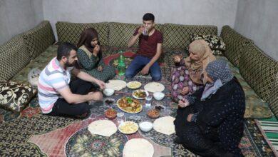 Photo of Evlerinde Açtıkları İftarda, Türkiye'ye Dua Ediyorlar