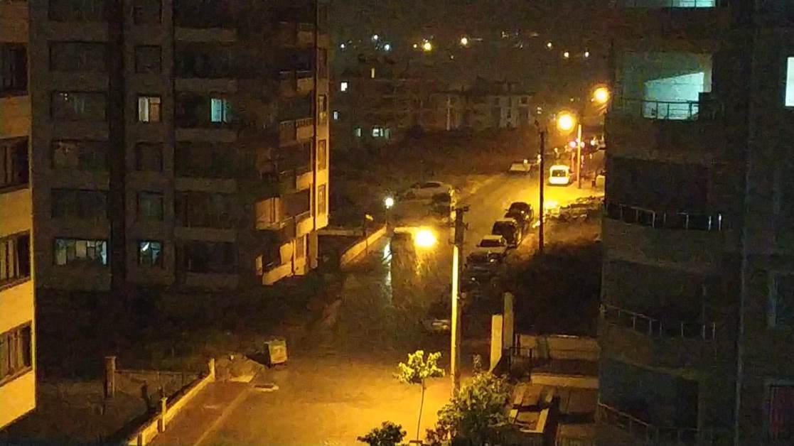 Şanlıurfa'da sahur vakti aniden bastıran sağanak yağmur gök gürültüsü ile birlikte etkili oldu.