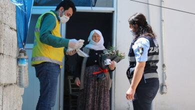 Photo of Sokağa çıkan annelere gül ve karanfil hediye edildi