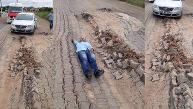 Photo of Şanlıurfa'da Yol Çöktü! Vatandaş Yola Uzandı