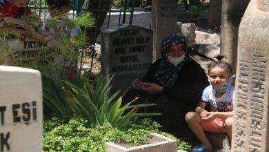 Photo of Babasının Mezarını Ziyaret Eden Çocuğun Sözleri Yürekleri Dağladı