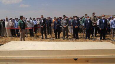 Photo of Cenaze Namazında Halkla Protokol Arasına Şerit Çekildi