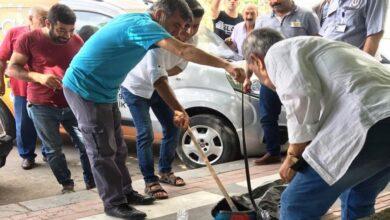 Photo of Şanlıurfa'da Kaldırımda Yürüyen Vatandaşların Üzerine Yılan Düştü