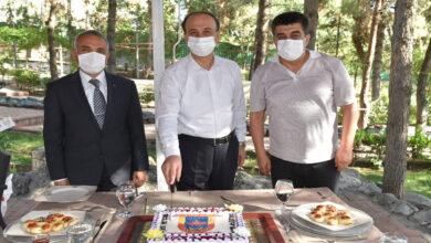 Photo of Vali Erin jandarmayı pasta keserek kutladı