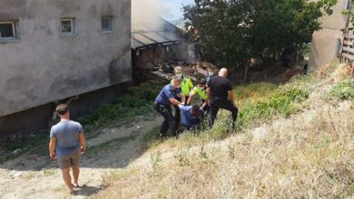 Photo of Evini yaktı, söndürmek isteyen itfaiyeye saldırdı