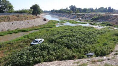 Photo of Virajı alamayan otomobil kanala düştü