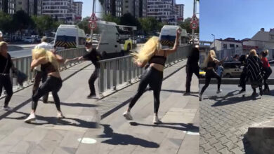 Photo of Dört kadın yol ortasında bir adamı tekme tokat dövdü
