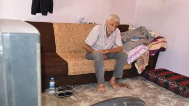 Photo of Terk edilen yaşlı adam yardım bekliyor