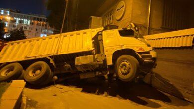 Photo of Çöken yola düşen kamyonet şaha kalktı