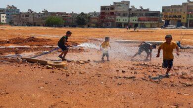 Photo of Sıcaktan bunalan çocuklar çamurda halay çekip hortumla serinledi