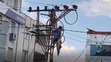 Photo of Elektrik direğinde ölüm kalım savaşı