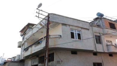Photo of Kaçak elektrik çekmek isterken direkte asılı kaldı