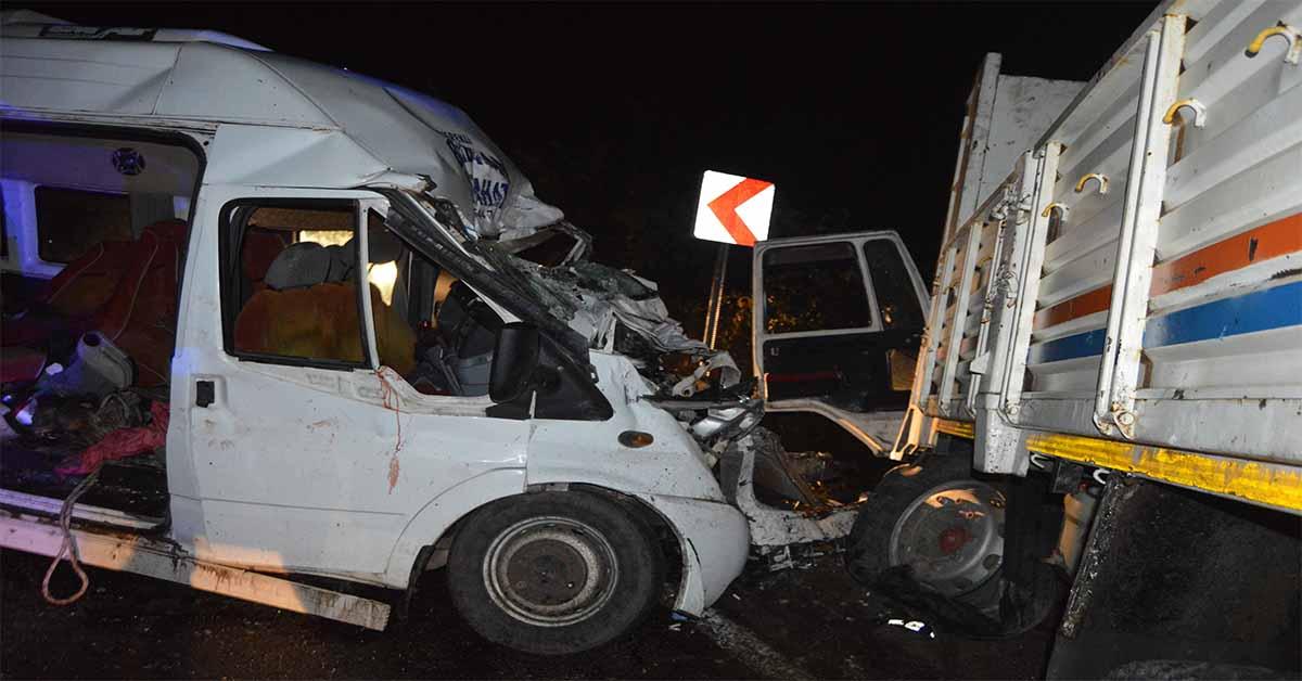 minibus ile kamyon kaza