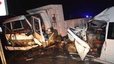 Photo of Minibüsle kamyon çarpıştı: 1'i ağır 15 yaralı