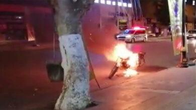 Photo of Polislere kızıp motosikletini ateşe verdi