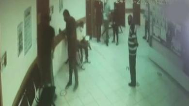 Photo of Tartıştığı doktor kapıyı kapattı parmağı koptu