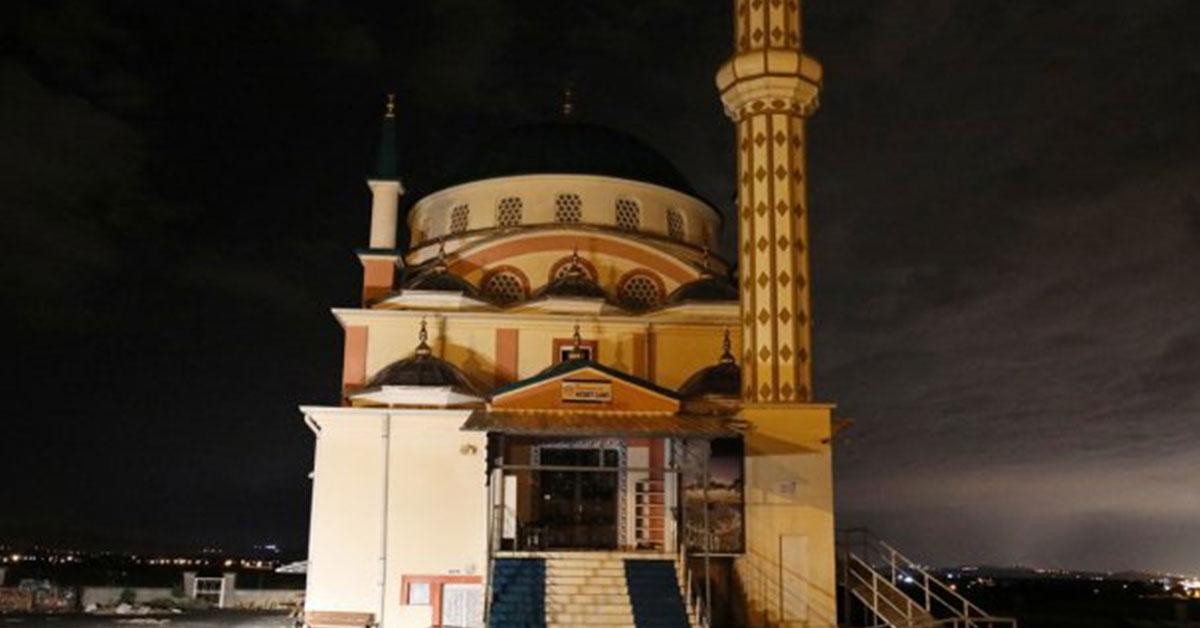 Camiye Yıldırım Düştü