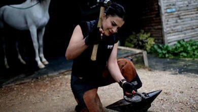 Photo of İlk Kadın Nalbant Erkeklere Taş Çıkarıyor
