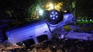 Photo of Kontrolden çıkan kamyonet evin bahçesine girdi