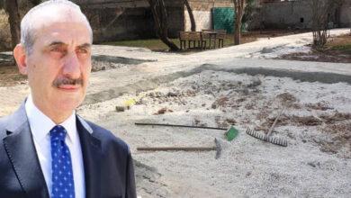 Photo of Başkan Yalçınkaya, Kardeşinin Evine Parke Taşı Döşedi