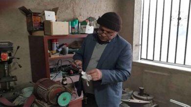 Photo of Urfa'da evden çıkamayınca bıçak atölyesi kurdu