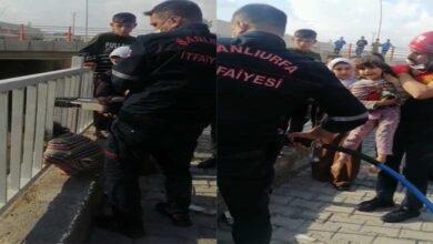 Photo of Urfa'da Kafası demir korkuluklara sıkıştı
