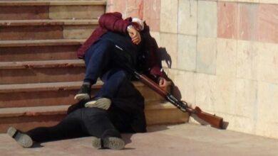 Photo of Mahkeme Çıkışı Eşini ve Kayınpederini Vurdu