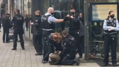 Photo of Almanya'da başörtülü kadına karşı polis şiddeti