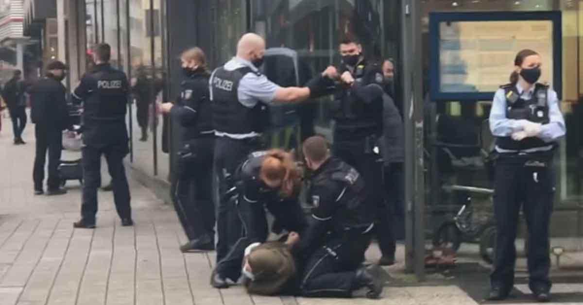 Alman Polis Başörtülü Kadın