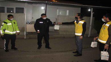 Photo of Urfa'da görevi başındaki polislere tatlı ikramı
