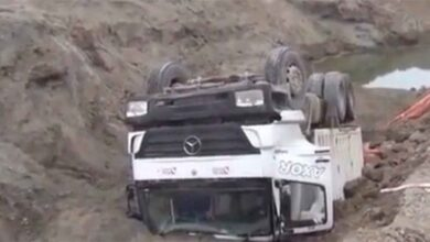 Photo of Yol çöktü, kamyon devrildi: 1 yaralı