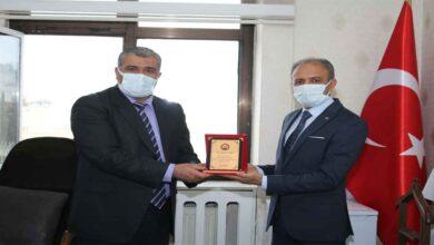 Photo of Kılcı Balıklıgöl Hastanesi Müdürüne plaket takdim etti