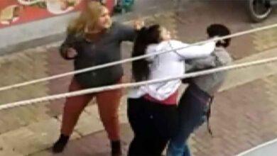 Photo of İki kız kardeş bir erkeği sokak ortasında dövdü