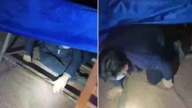 Photo of Polisi görünce masanın altında saklandı