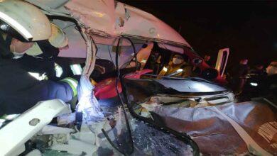 Photo of Minibüs, kırmızı ışıkta bekleyen tıra arkadan çarptı