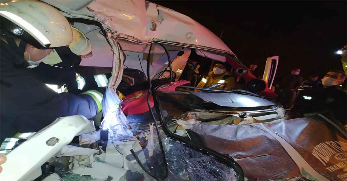 Minibüs, kırmızı ışıkta bekleyen tıra arkadan çarptı