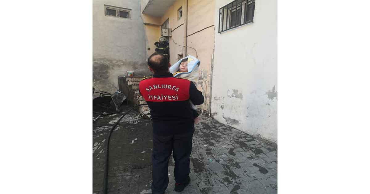 Urfa'da feci yangın anne ve bebek içerde mahsur kaldı