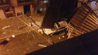 Photo of Binanın uçan çatısı park halindeki araca saplandı