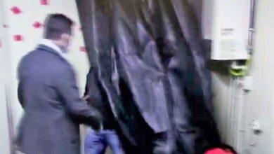 Photo of Kumar oynarken baskına uğradılar, perdenin arkasına saklandılar