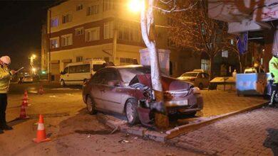 Photo of Otomobil hurdaya döndü, ağaç yerinden bile oynamadı