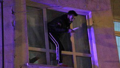 Photo of Bıçakla cama çıktı, kendini polise ihbar etti