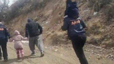 Photo of Mahsur kalan çocukları sırtlarında taşıyarak kurtardılar