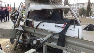 Photo of Tarım işçilerini taşıyan kamyonet bariyerlere çarptı: 4 yaralı