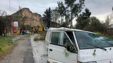 Photo of Urfa'da Fırtınada devrilen ağaçlar araçlara zarar verdi