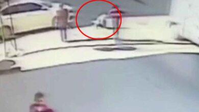 Photo of Ayakkabısını bağlayan çocuğa araba çarptı